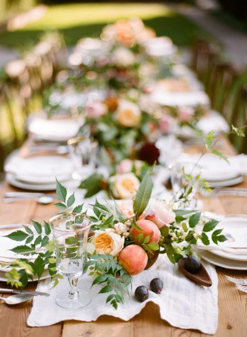 centro de mesa com folhagens e pêssegos