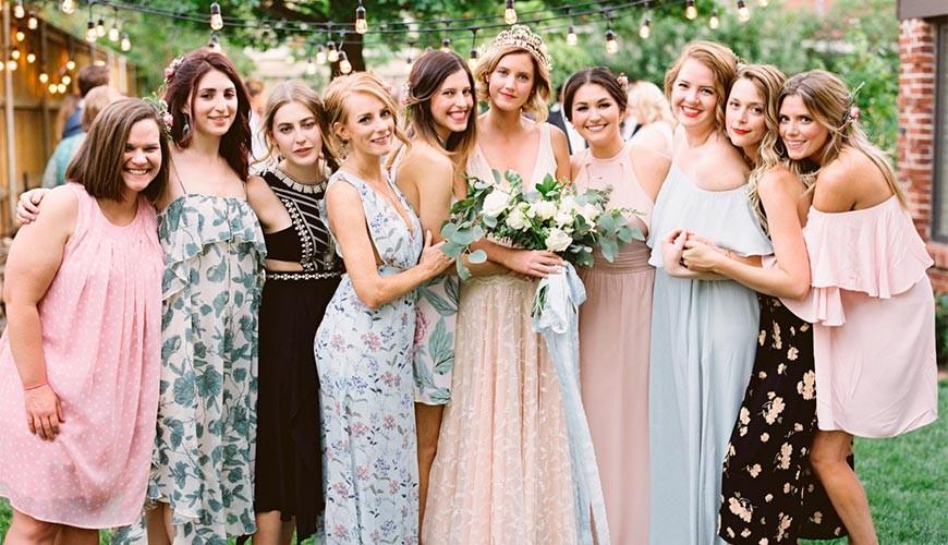 Foto de noiva com madrinhas em miniwedding no campo.