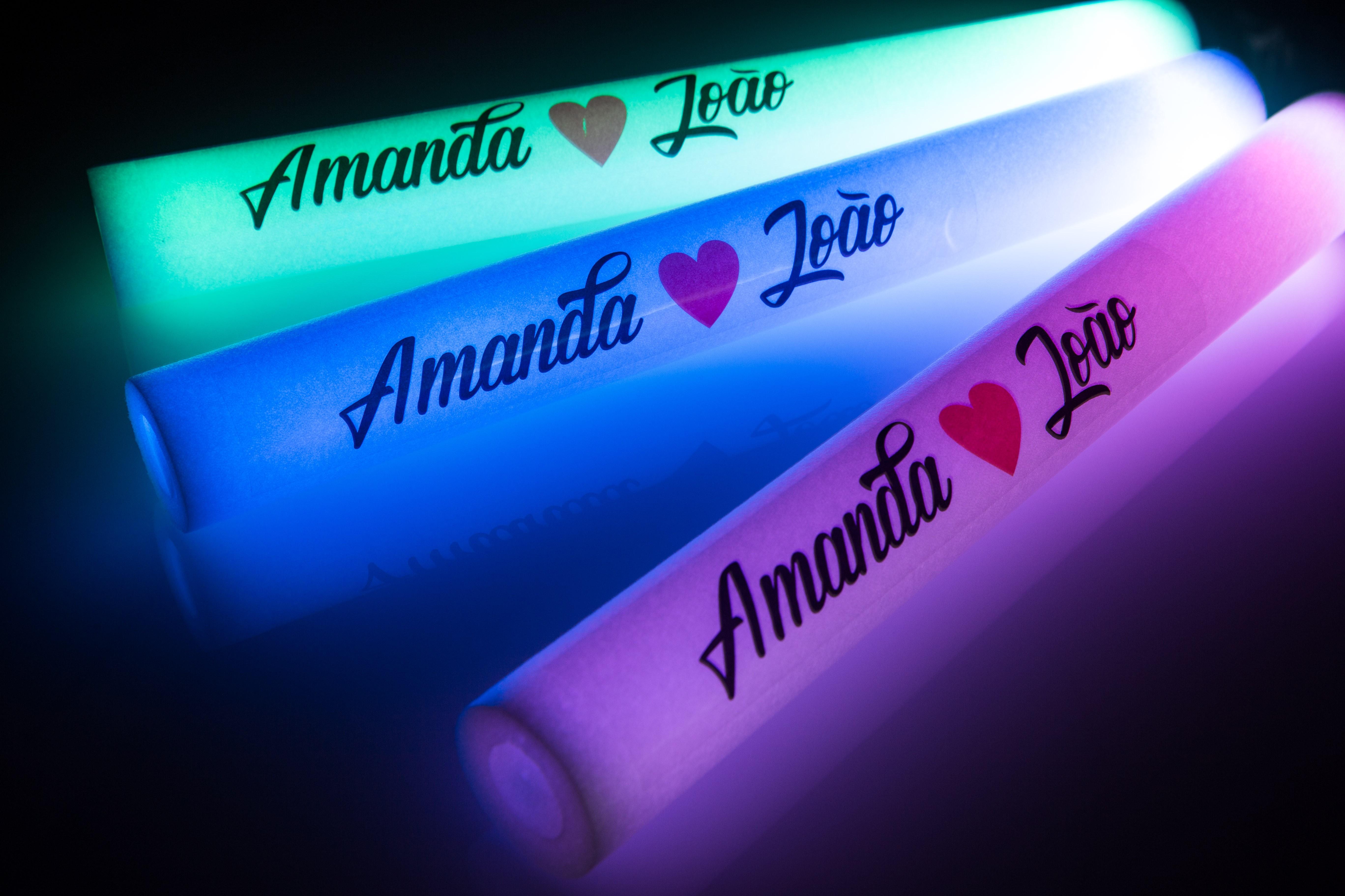 Bastão de LED vermelho, azul e verde.