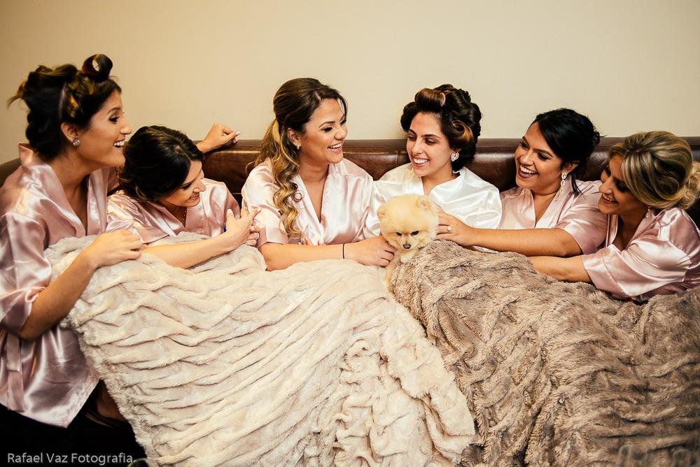 noiva com as madrinhas no making of do casamento