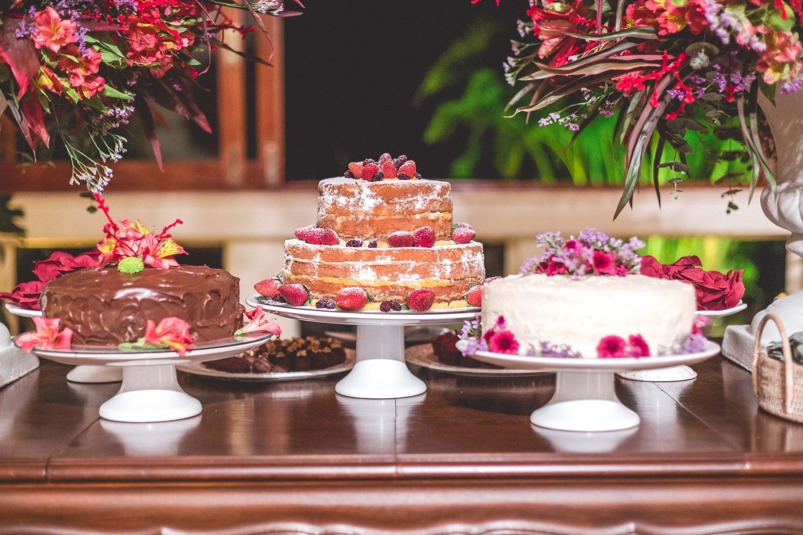 trio de bolos na mesa de doces