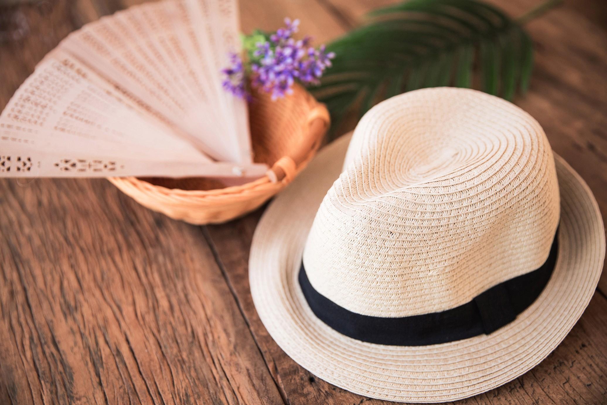 leque e chapéu: lembrancinhas para casamento na praia