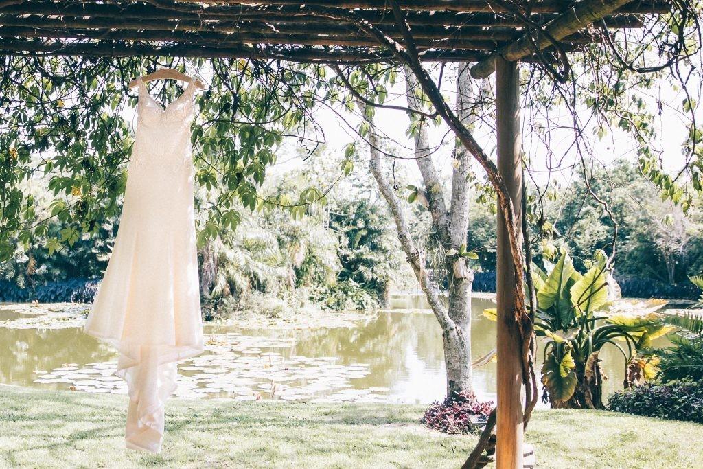 vestido da noiva pendurado ao ar livre antes da cerimônia do casamento
