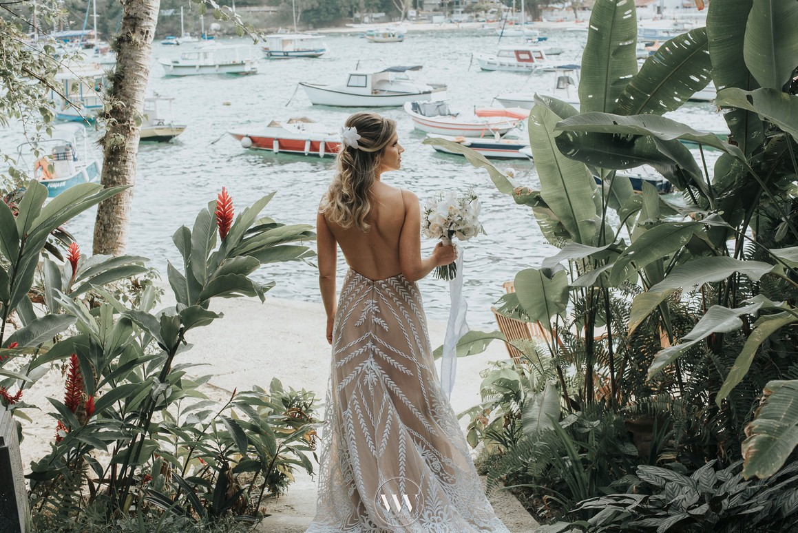 noiva posando com o vestido antes do casamento