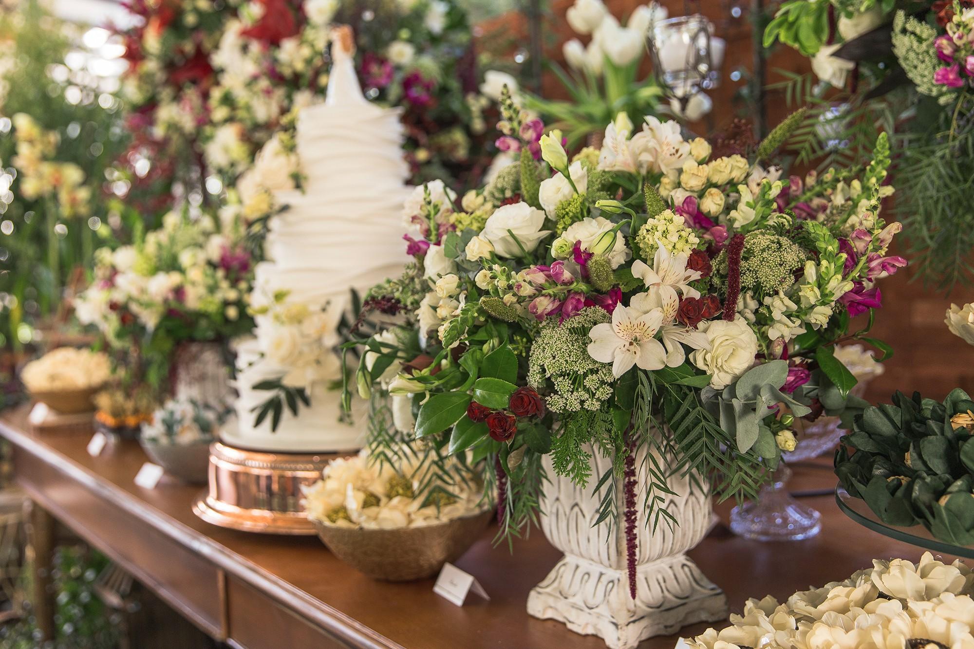 mesa de doces decorada para um casamento na Fazenda Santa Barbara
