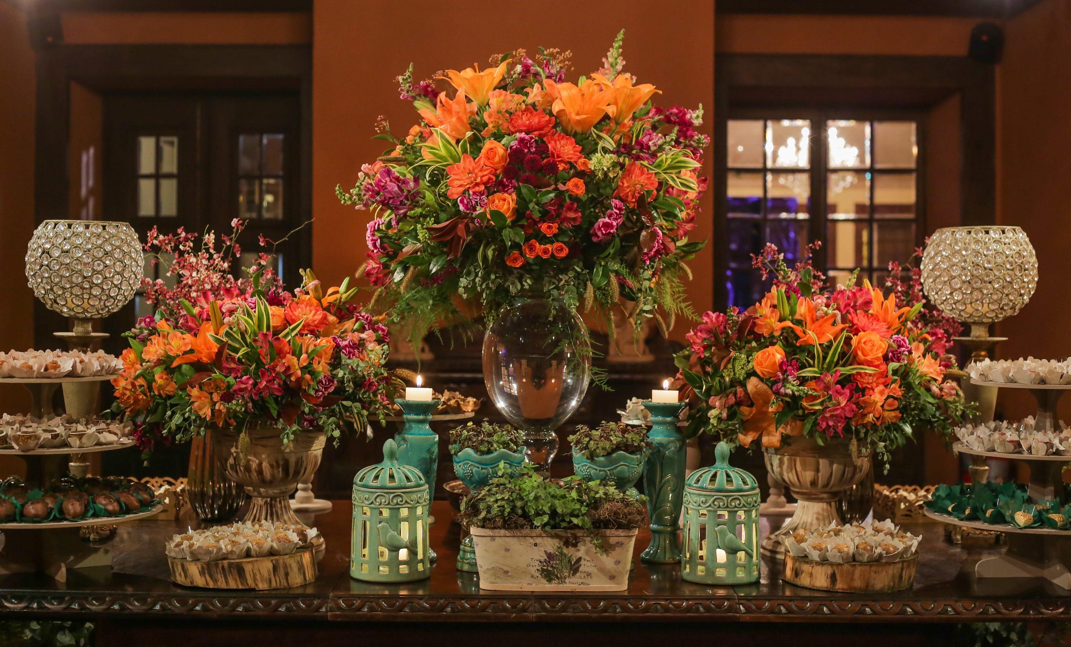 mesa de doces decorada com muitas flores