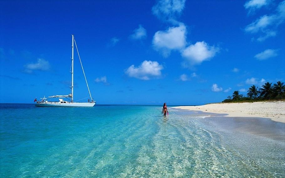 Destino de lua de mel em praia paradisíaca.