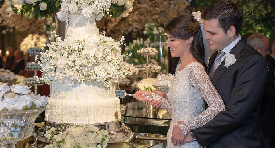 noivos cortando o bolo