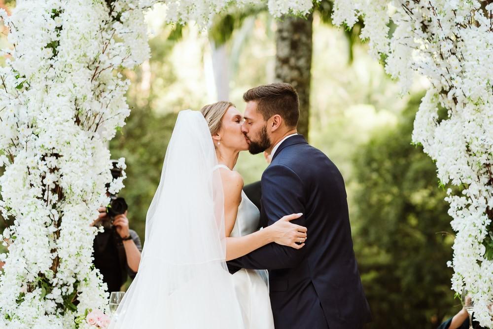beijo dos noivos na cerimônia do casamento