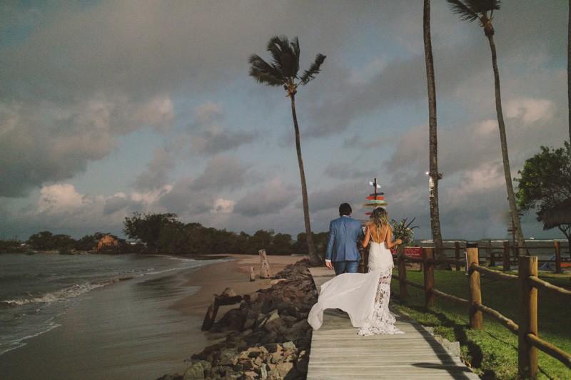 Noivos na beira da praia de um casamento ao ar livre