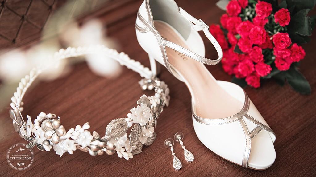 Sapato e tirara para a noiva.
