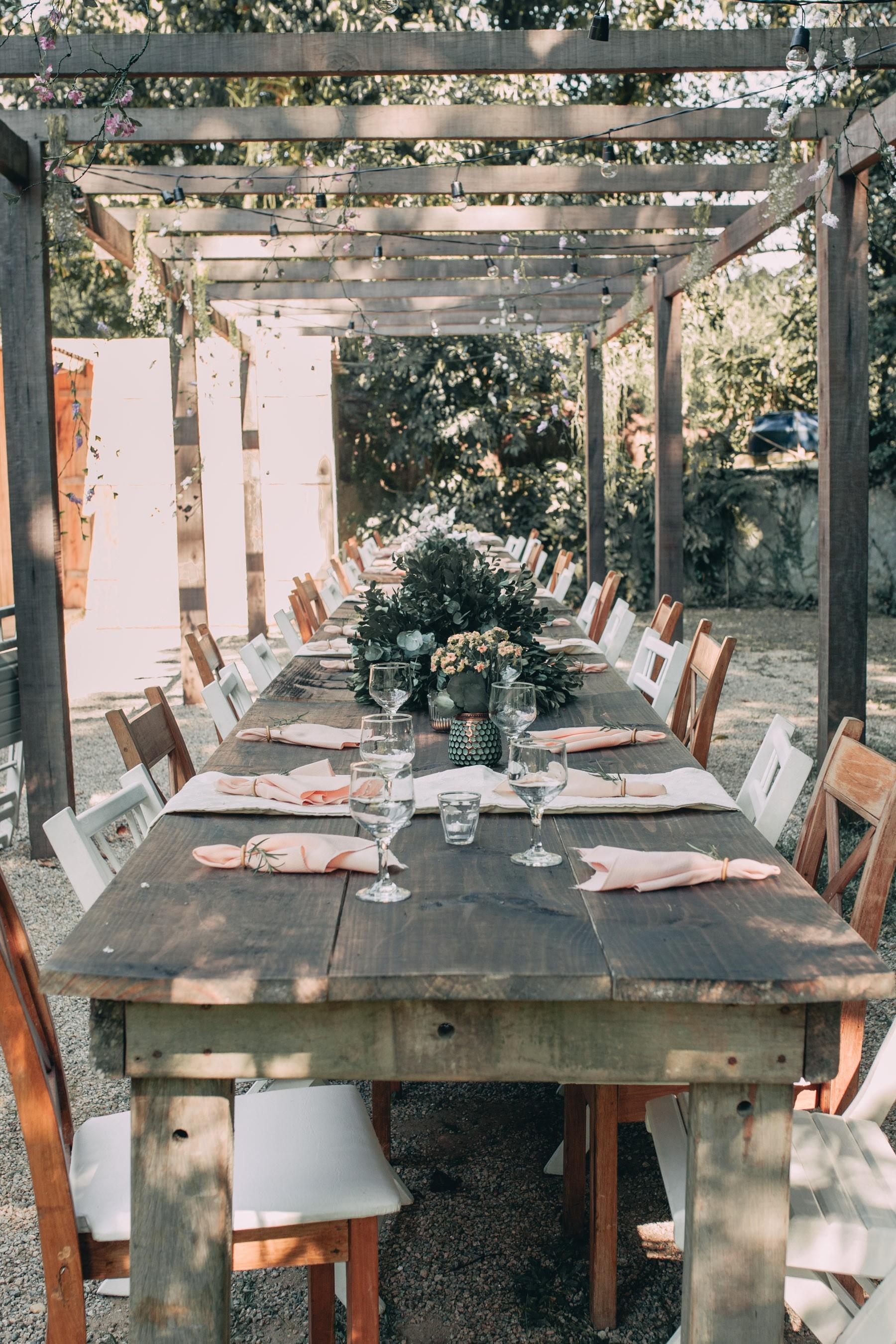 mesa dos convidados de um casamento rústico no campo
