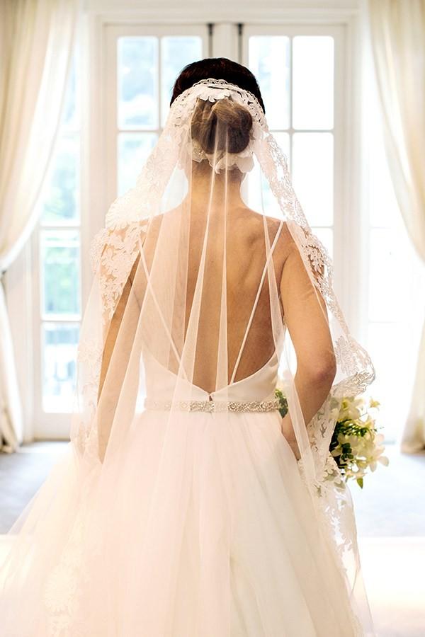 Noiva com vestido de noiva e mantilha.