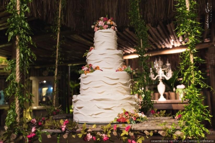 bolo de casamento colocado em um balanço