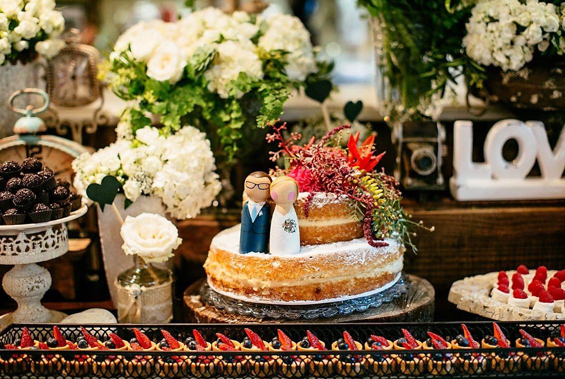 Naked cake com topo de bolo dos noivas em miniwedding na cidade.