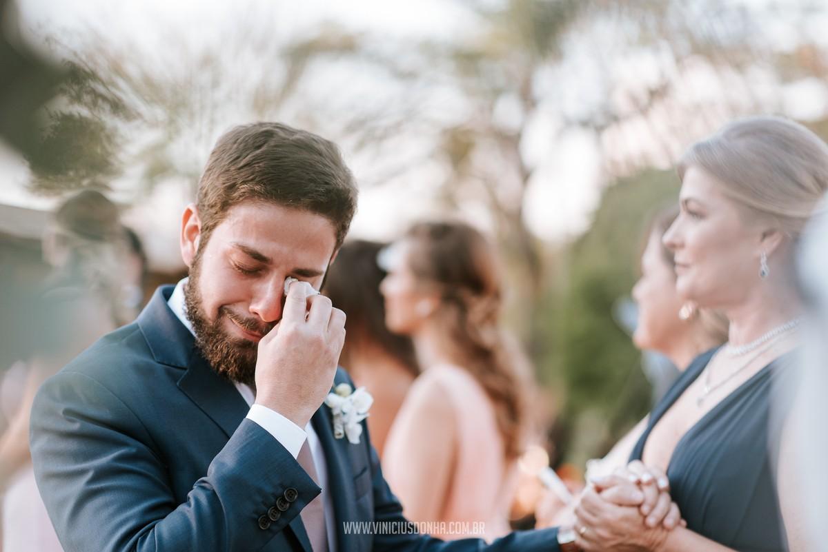 noivo chorando na cerimônia do casamento