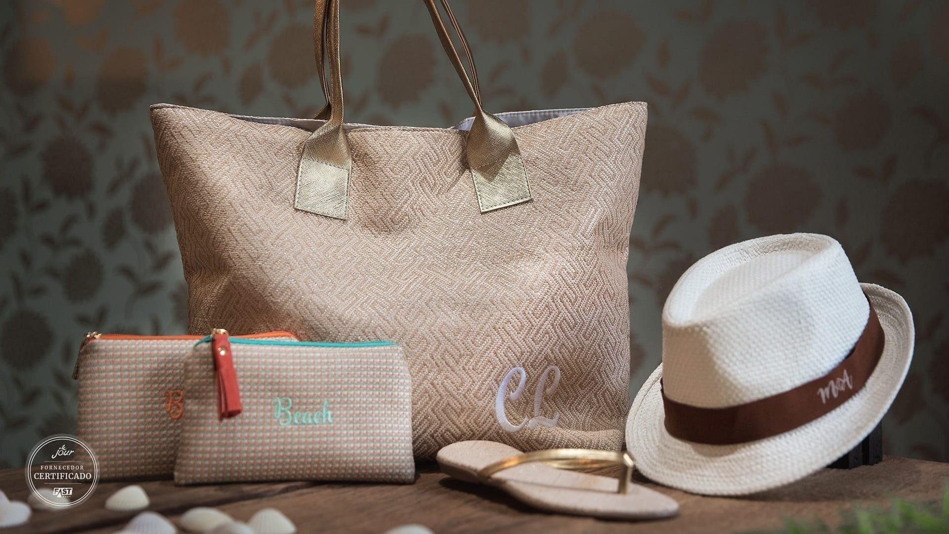 nécessaire, bolsa, rasteirinha e chapéu personalizados