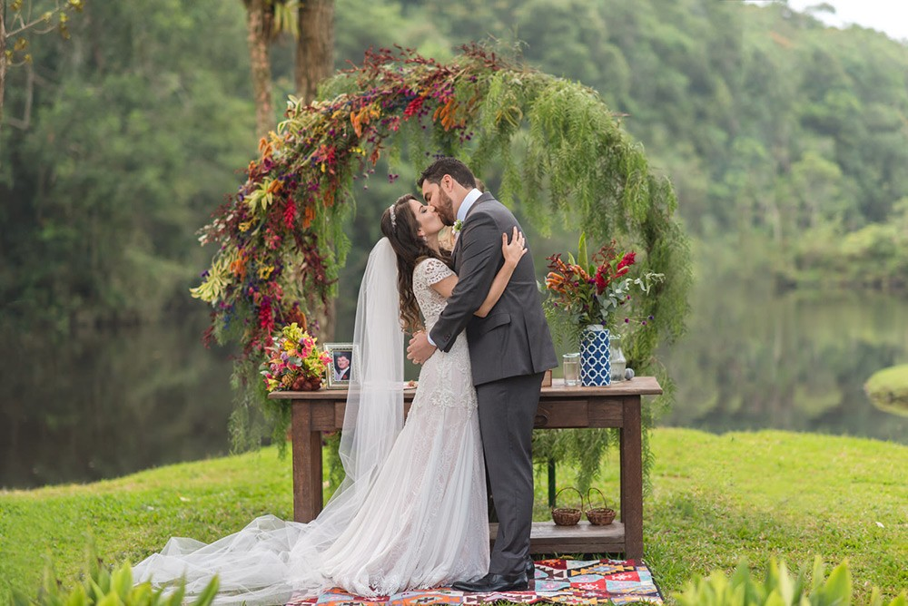 beijo dos noivos na cerimônia de casamento no campo