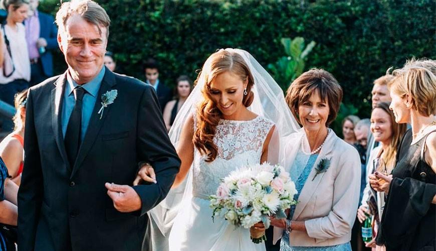 Noiva entrando na cerimônia com o pai.