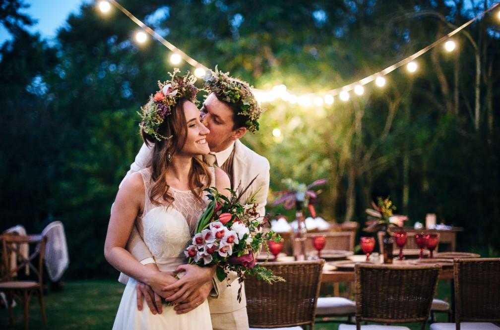 casal, vestido de noiva, casamento no campo, decoração, estilo moderno