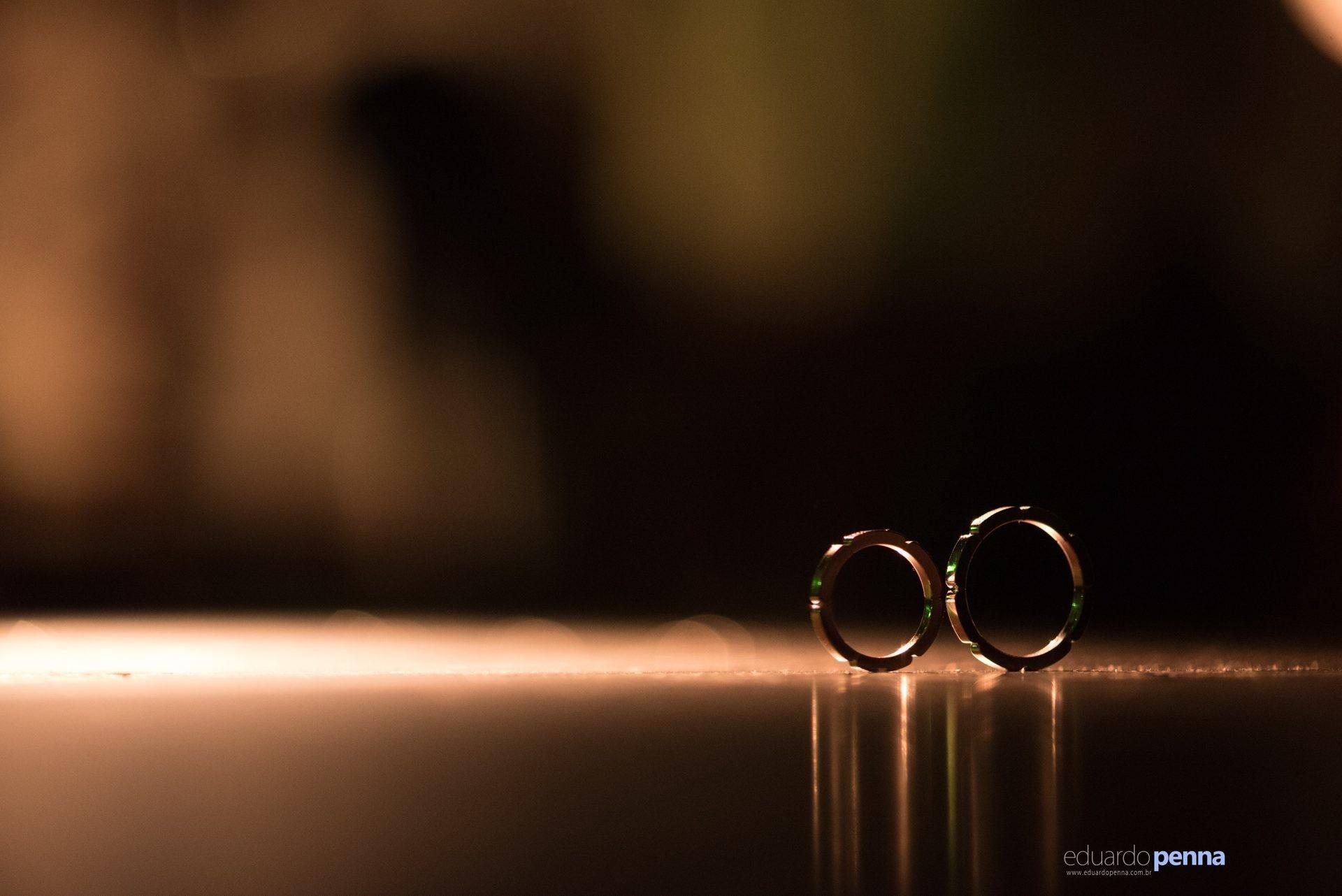 foto das alianças dos noivos