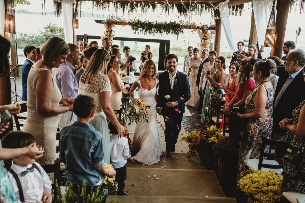 saída dos noivos da cerimônia do casamento