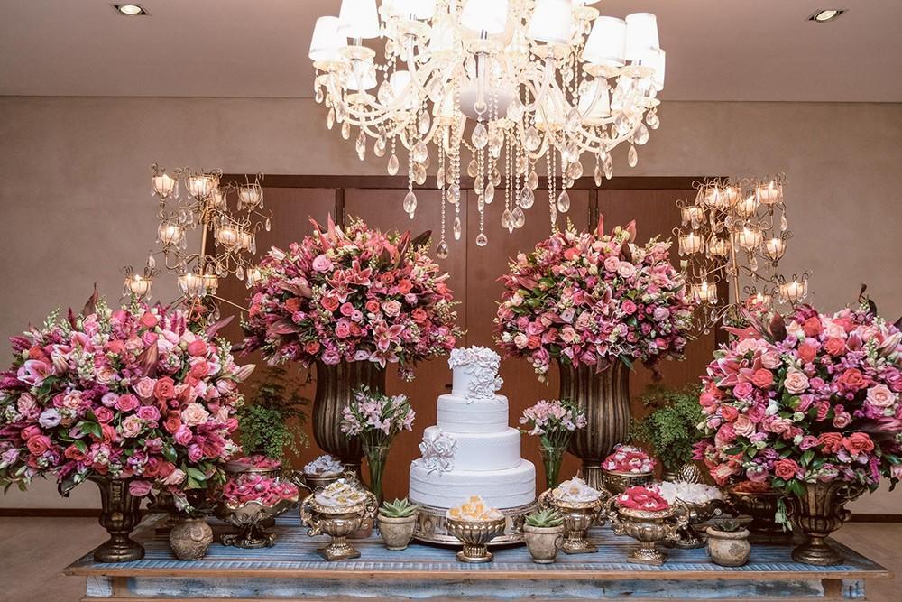 mesa de doces decorada no estilo clássico