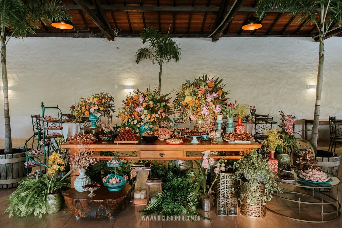 mesa de doces colorida para casamento no campo