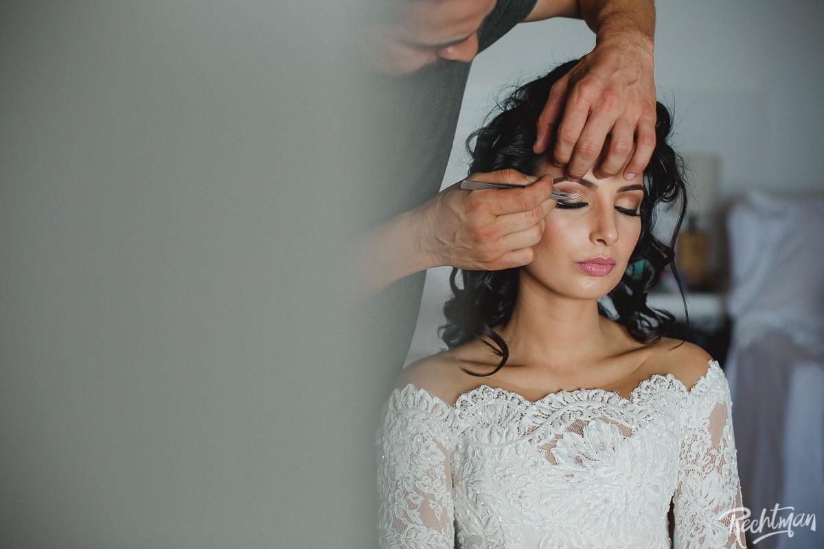 Noiva se maquiando em dia da noiva