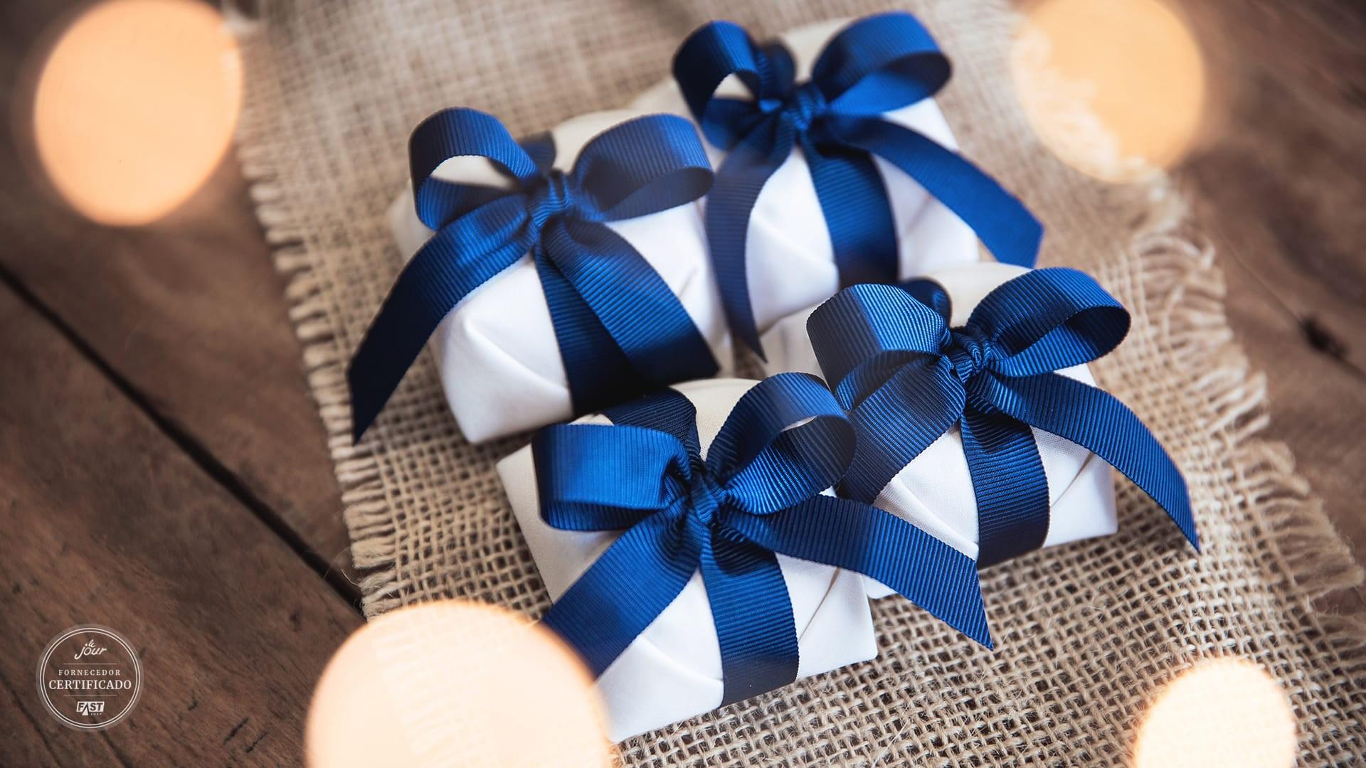 Bem-casado Ana Cristina com embalagem branca e fita azul.