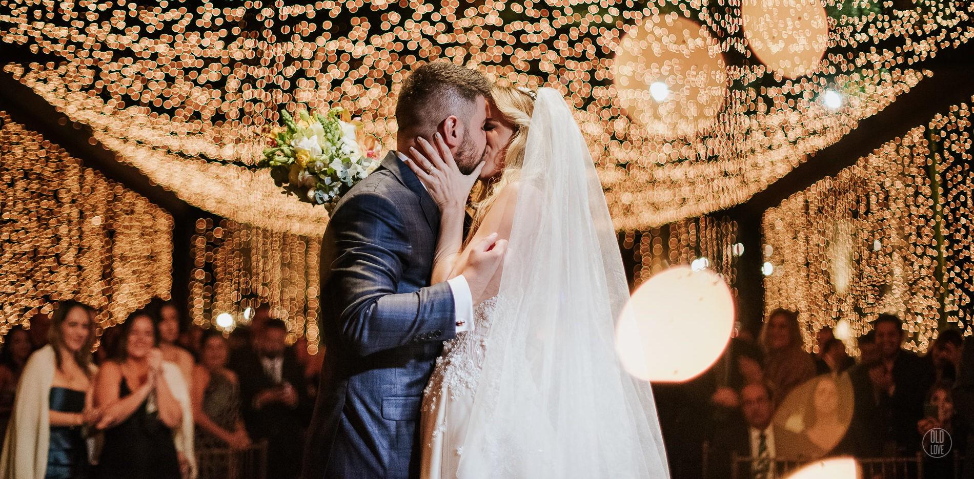 cerimônia de casamento decorada com muitas luzes