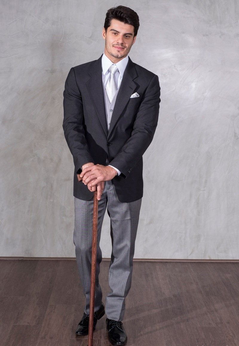 Meio-fraque na cor cinza escuro, com calça e colete cinza claro.