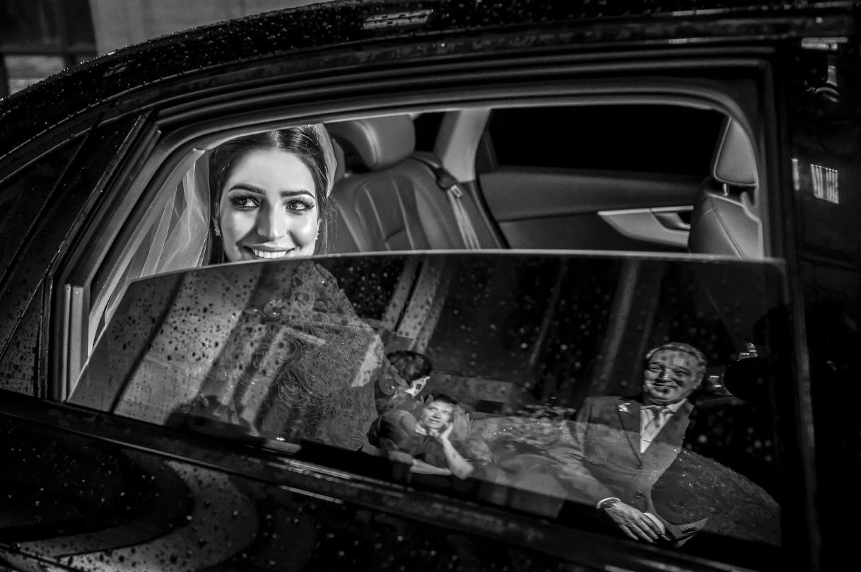 noiva chegando na cerimônia dentro do carro