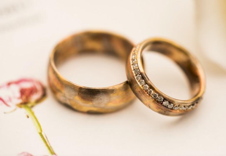 aliança de ouro cravejada com diamantes