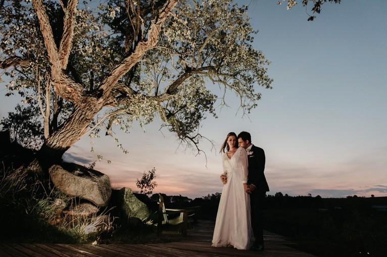 casal posando após a cerimônia do casamento