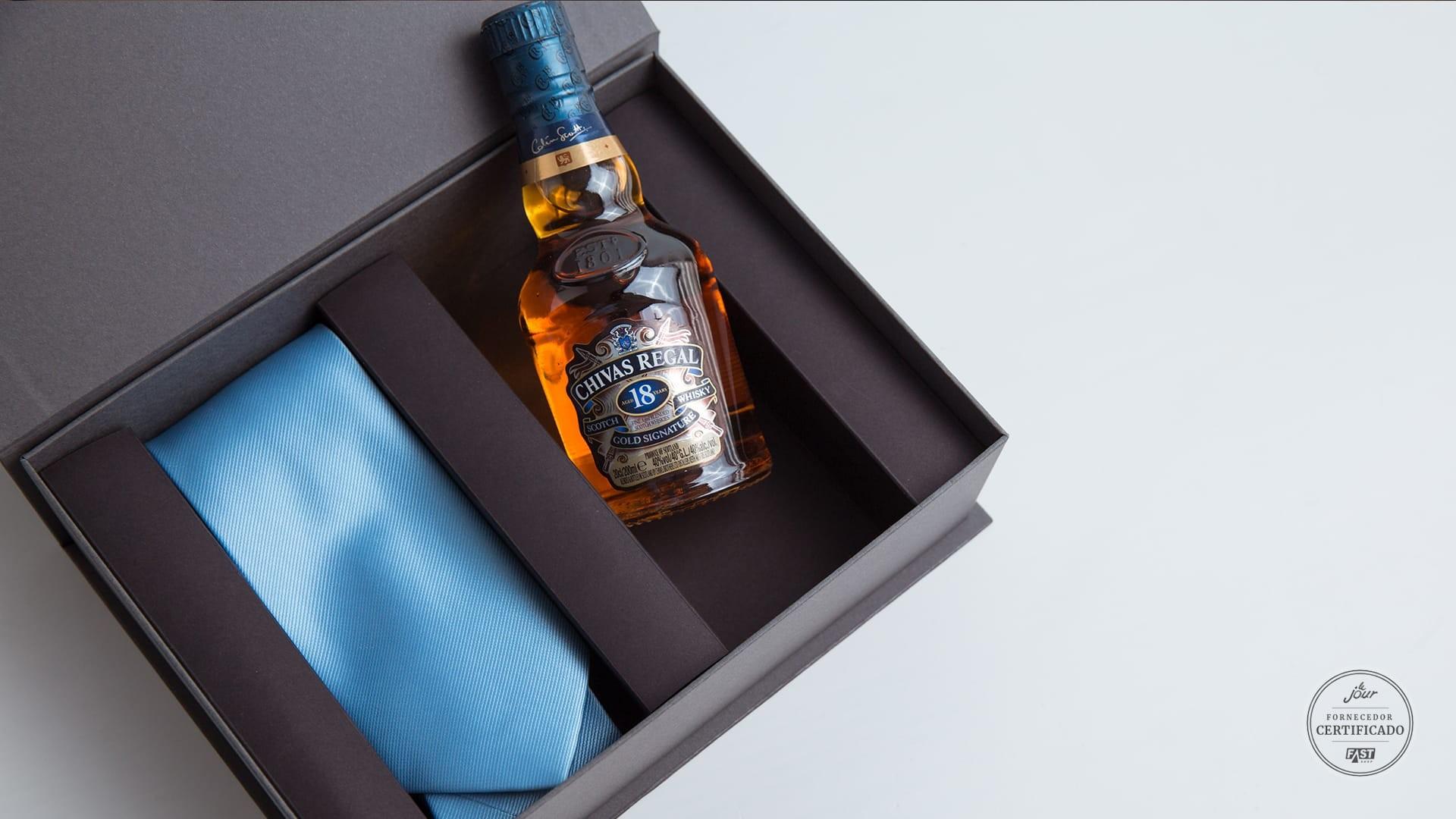 Kit de convite para padrinho com gravara e whisky Chivas 18 anos.