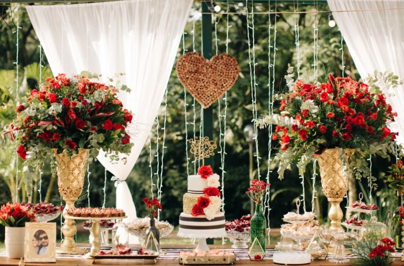 mesa de doces com decoração romântica