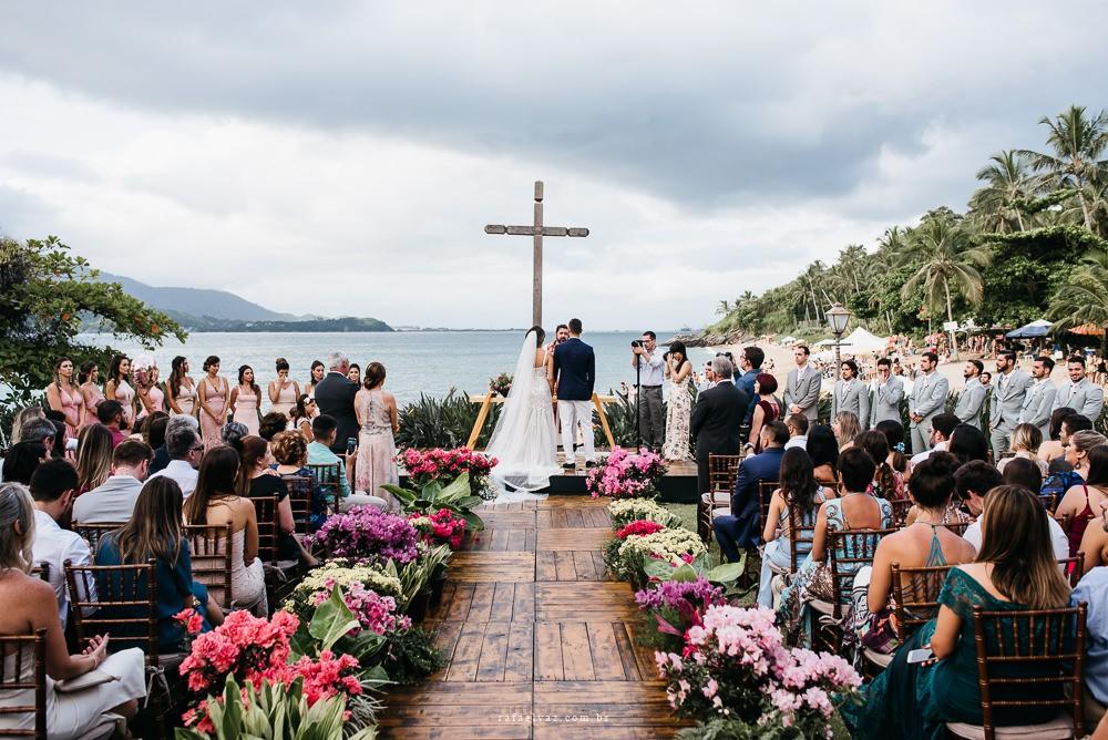 cerimônia de um casamento ao ar livre na praia