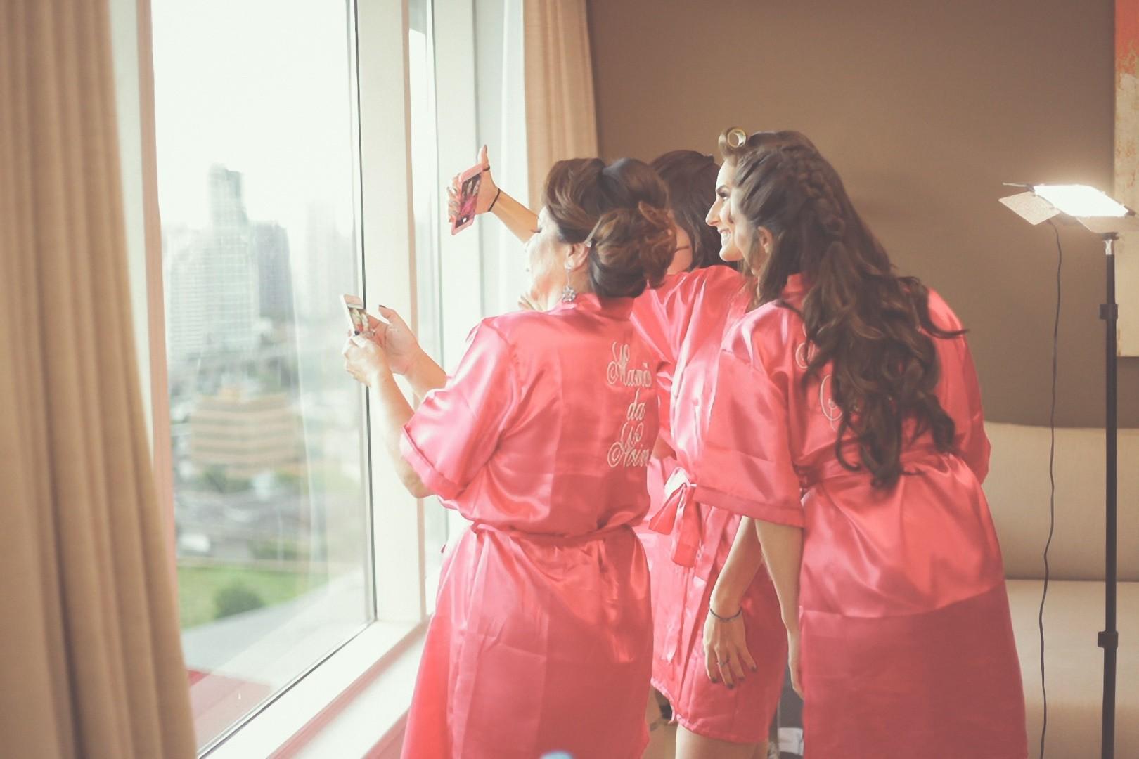 noiva com as madrinhas no dia da noiva
