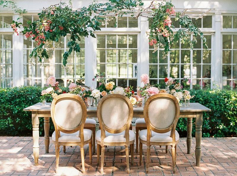 decoração romântica para mesa em casamento no campo