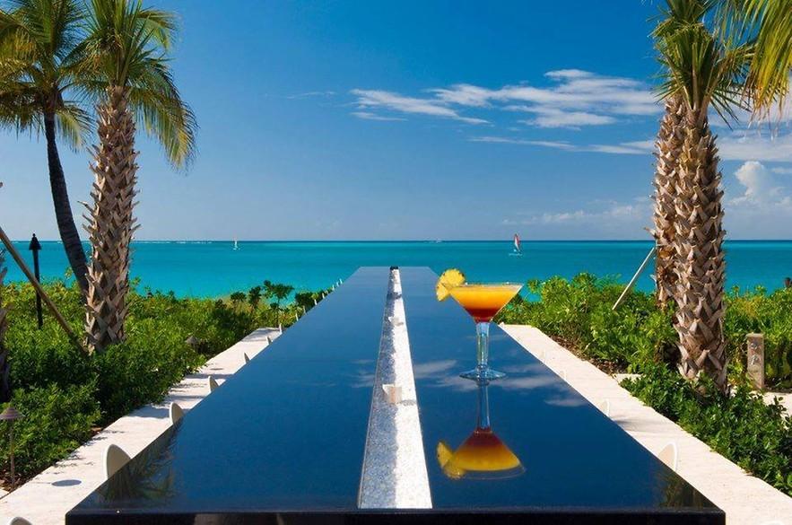 Vista para o mar em hotel de luxo.
