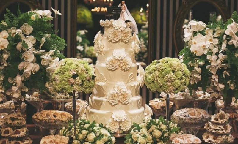 Bolo branco romântico com flores