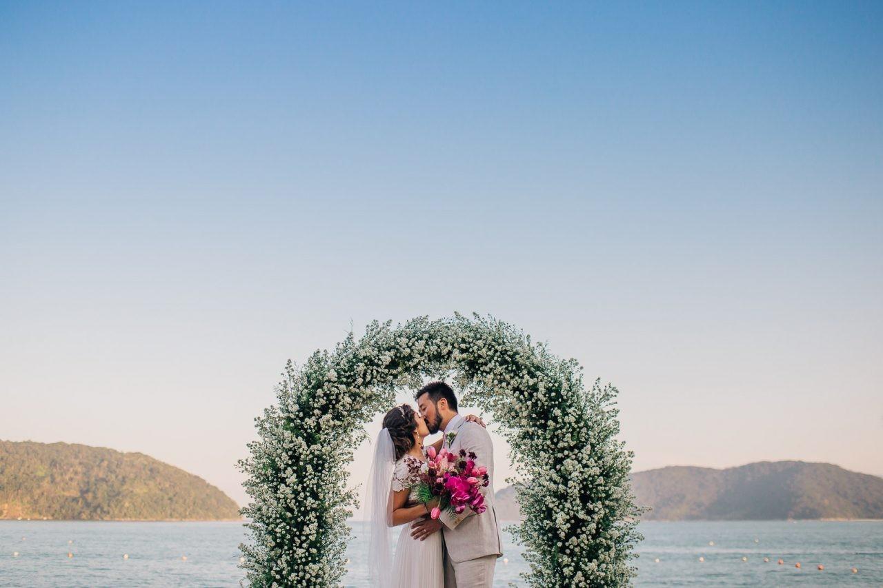 beijo dos noivos após a cerimônia de casamento na praia