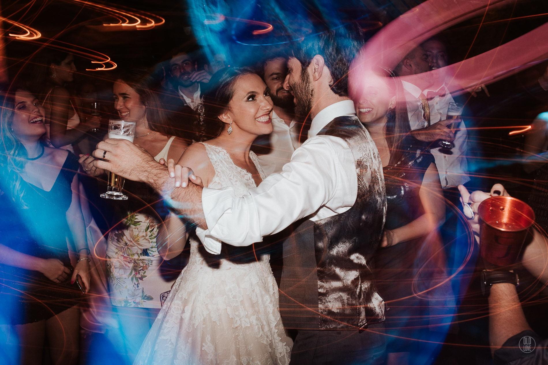 noivos na pista de dança do casamento