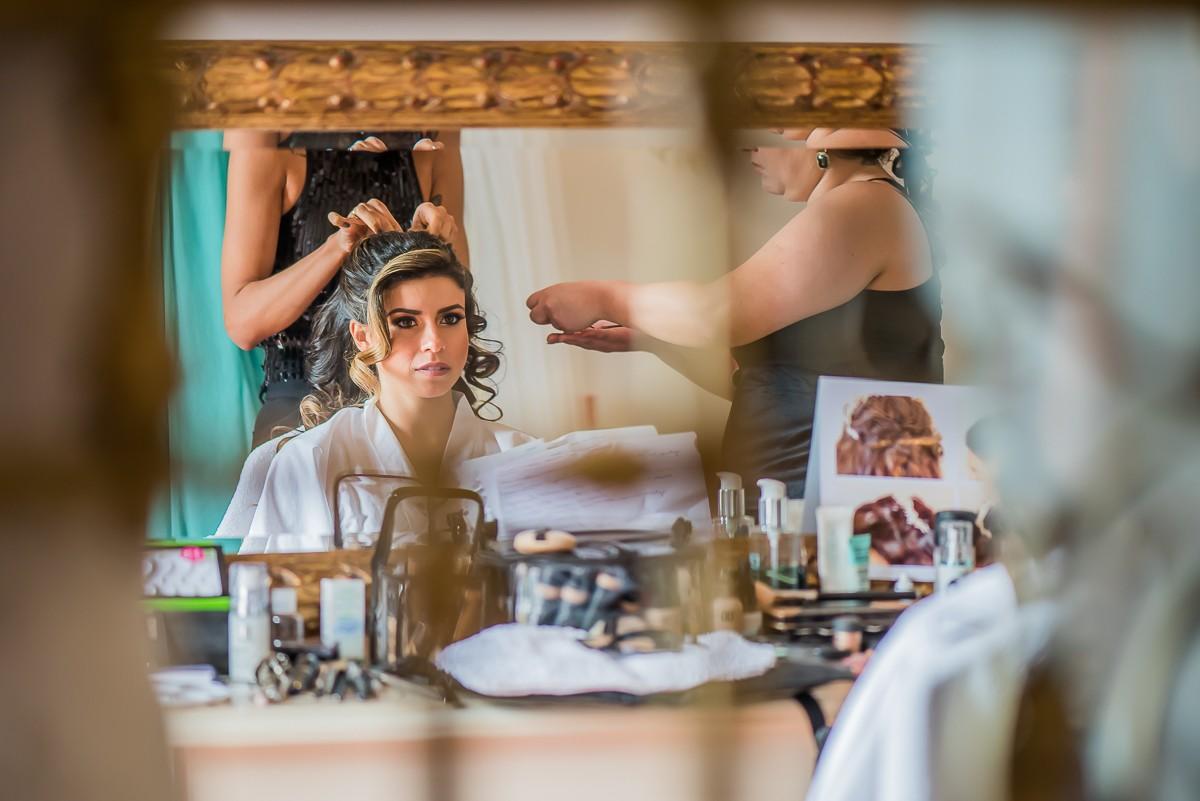 noiva sendo maquiada e arrumada para o casamento