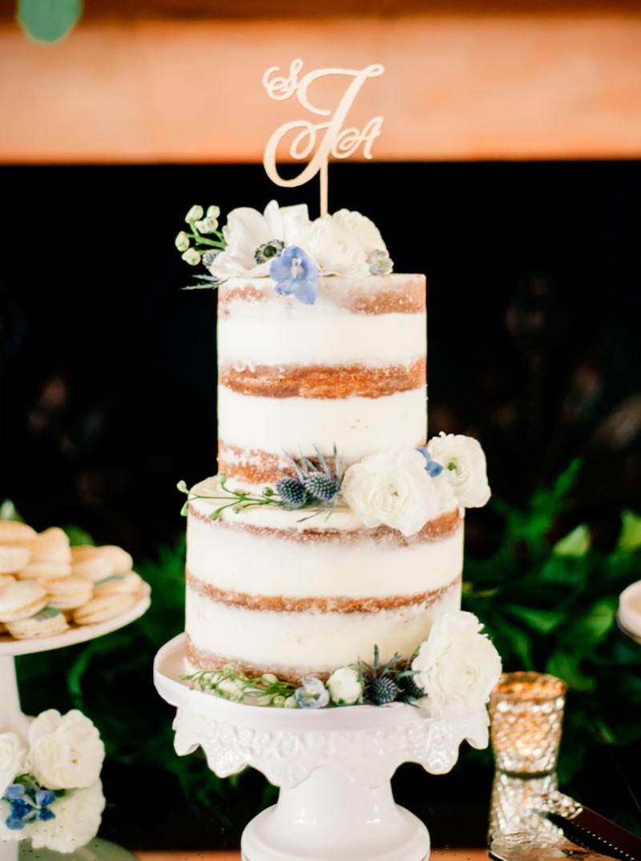 bolo moderno para casamento ao ar livre com iniciais no topo