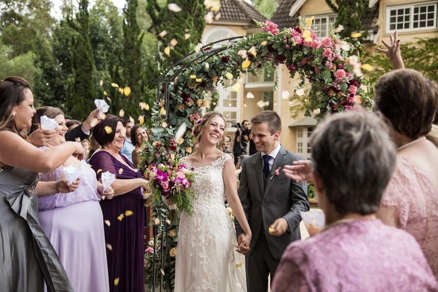noivos saindo da cerimônia do casamento