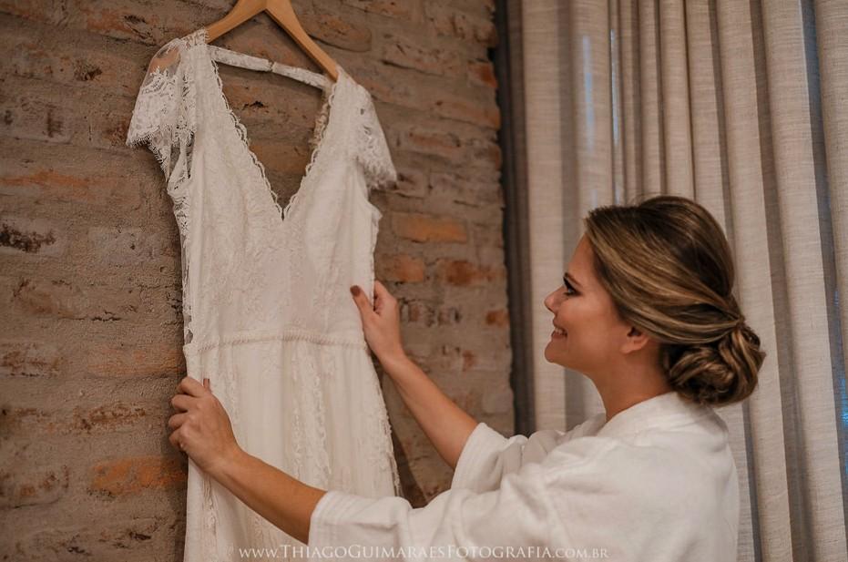 noiva vendo o vestido