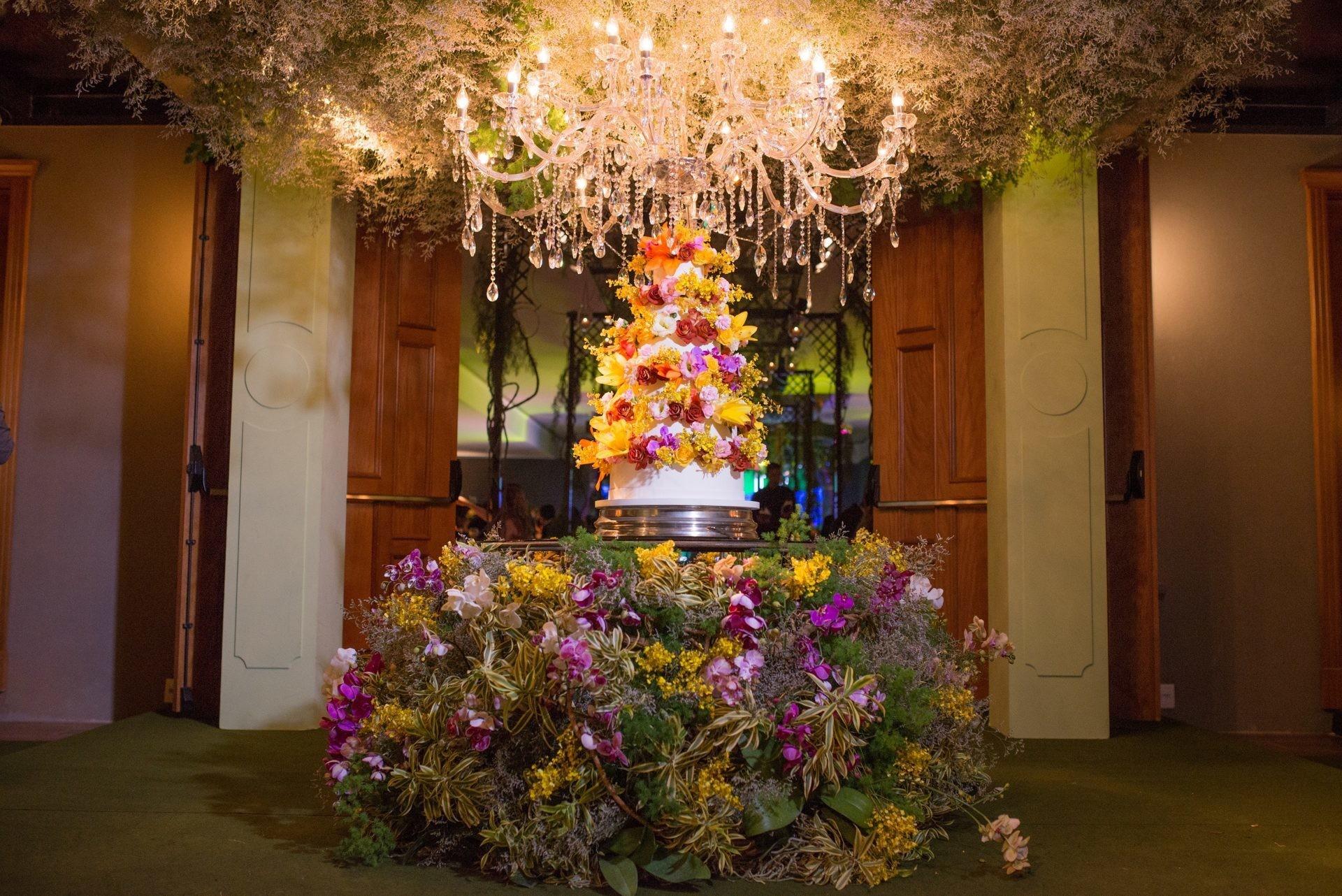 decoração da mesa do bolo com flores