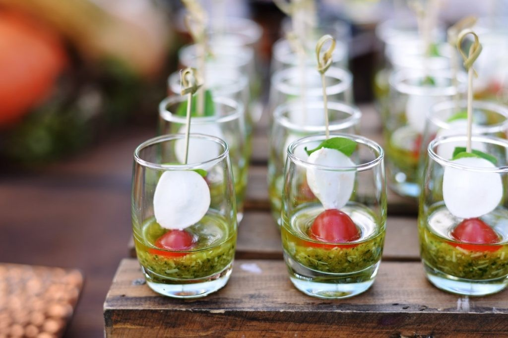 mini salada caprese no copo para um chá de panela